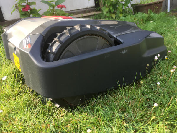 Mähroboter beim Rasenmähen