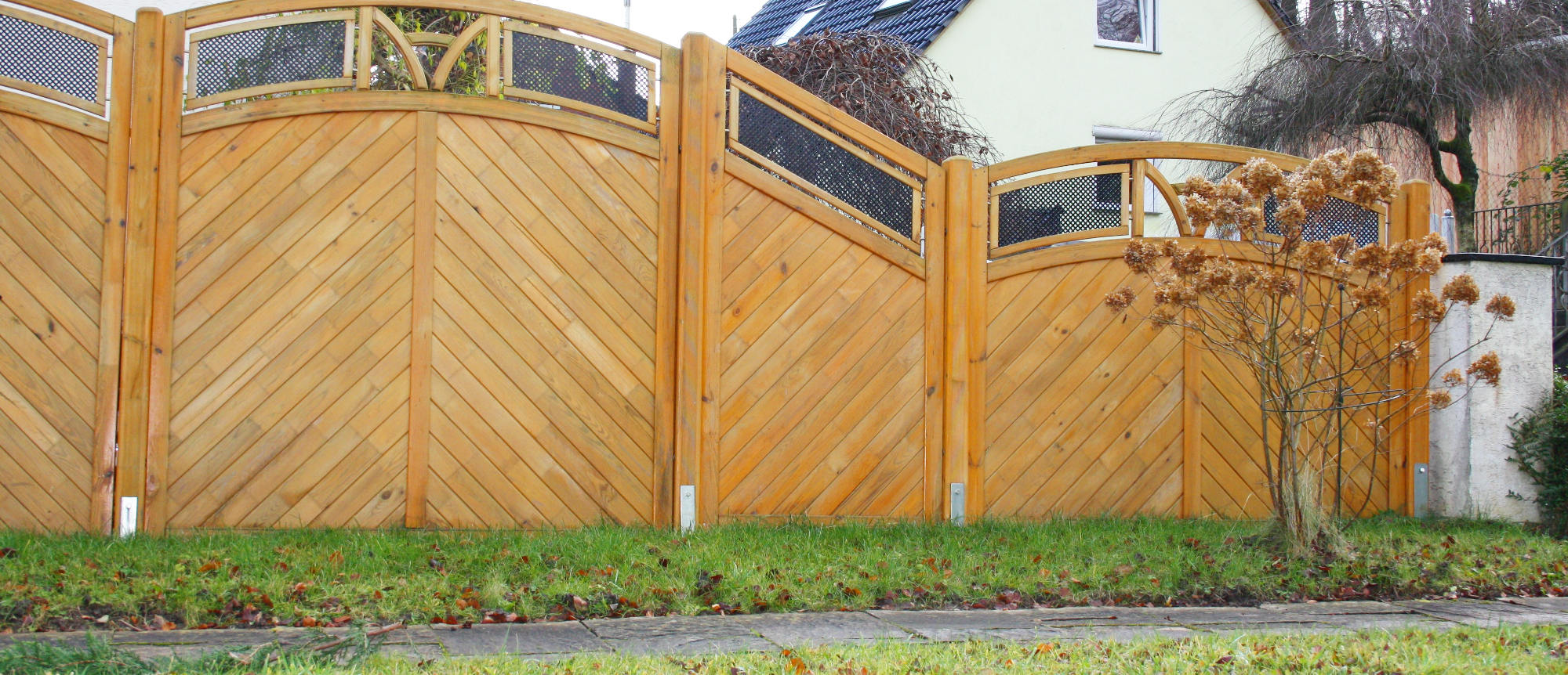 Zäune aus Holz richtig pflegen